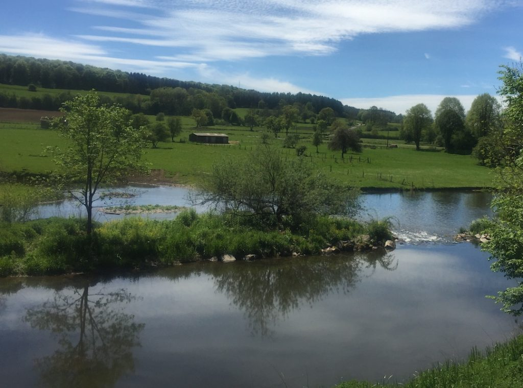 Sonnenschein Flussszene mit Staustufe in der Wallonie