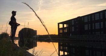 Angler vor Sonnenuntergang in Westflandern am Kanaal Kortrijk-Bossuit