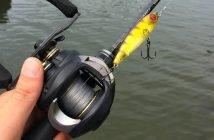 KastKing Stealth Baitcaster bespult mit geflochtener Schnur und Oberflächenköder