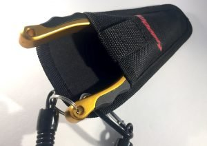 Madbite Aluminium-Angelzange in gold-schwarz-silber mit Tasche vor weißem Hintergrund