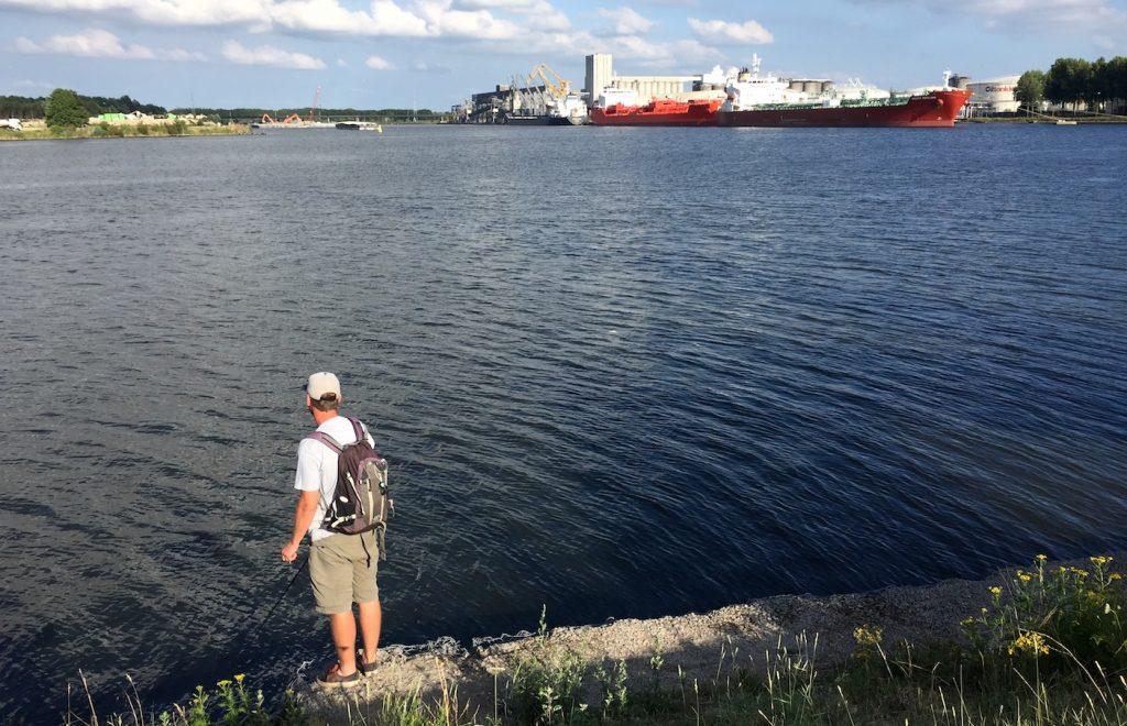 Angler am Ufer des Hafen von Gent