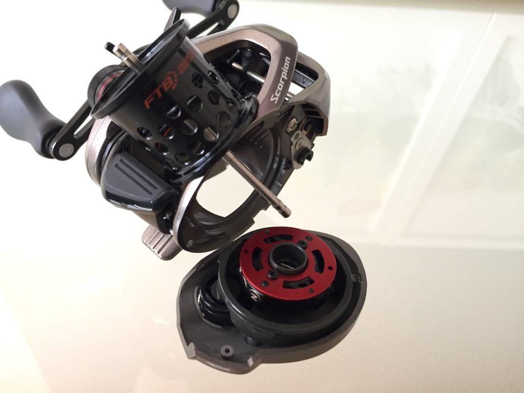 Baitcaster Shimano Scorpion BFS XG mit geöffneter Sideplate.