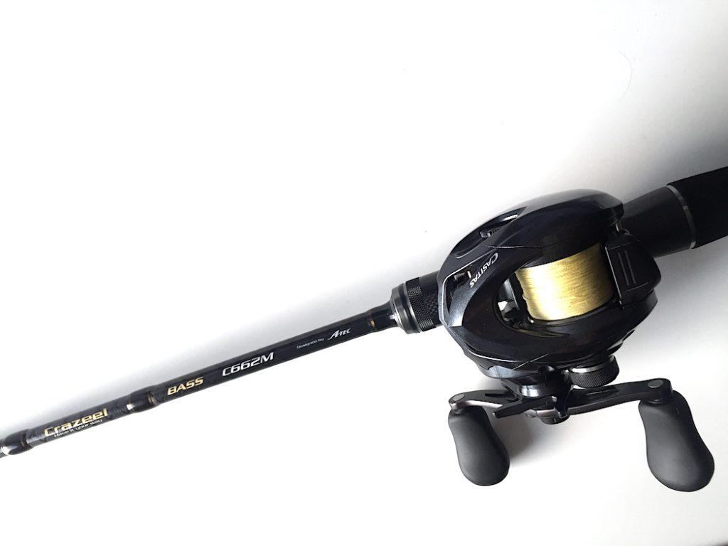A-TEC Crazee Bass C662M Baitcast Rute vor weißem Hintergrund
