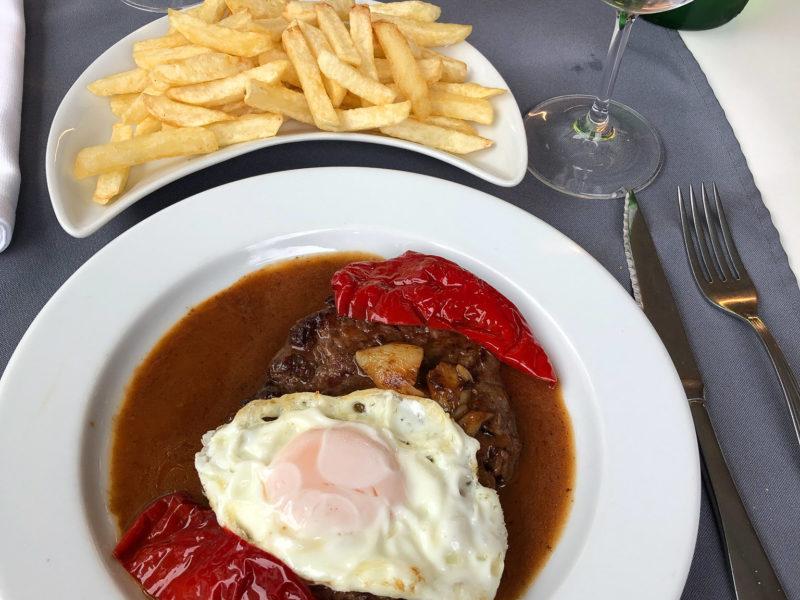 Rindersteak mit Bratensoße, Ei und Paprika. Typisches Essen auf den Azoren.