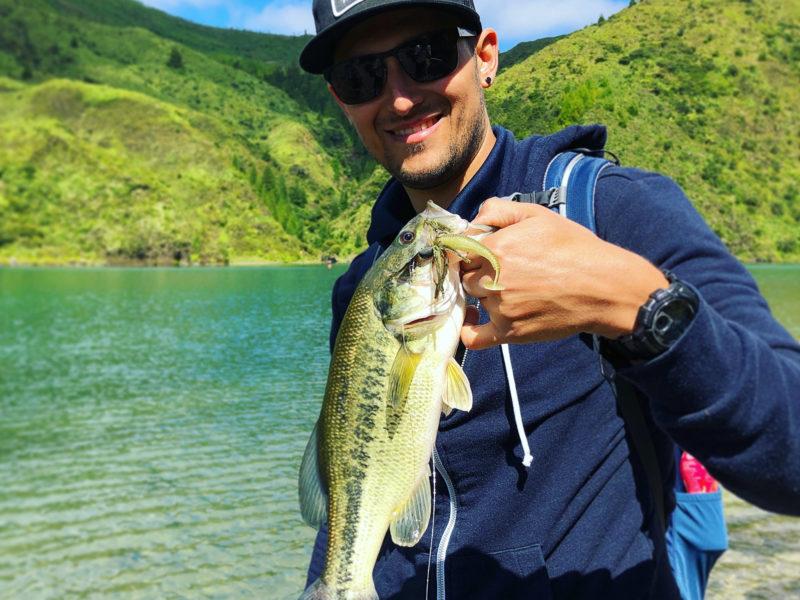 """- Schwarzbarsch auf Fish Arrow Chatterbait mit 2.8"""" Keitech Fat Swing Impact"""